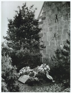 Kaj Munk's grave at the east gable of Vedersø Church