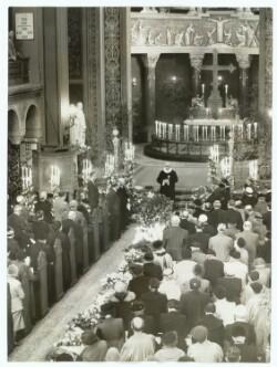 Jesuskirken i Valby ved Thit Jensens begravelse. Ved alteret pastor O. Rohte