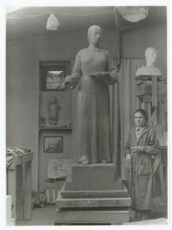 Billedhuggeren Astrid Noack i sit atelier under arbejdet med statuen af Anna Ancher