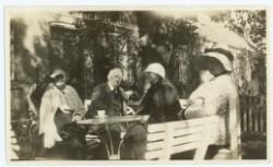Ægteparret Thora og Karl Madsen i haven ved Brøndums Hotel hos Anna Ancher og datteren Helga