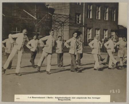 Billede uh000847.jpg til 4502. I et Reservelazaret i Berlin : Krigsbeskadigede med amputerede Ben foretager Bengymnastik.